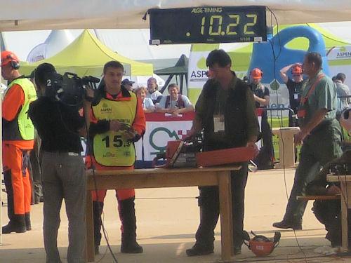 Российский вальщик Александр Соколов выполнил замену цепи за 10.22 секунды, тем самым побив рекорд 2006 года