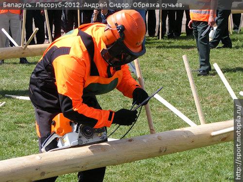 Андрей Сидор устанавливает слетевшую цепь
